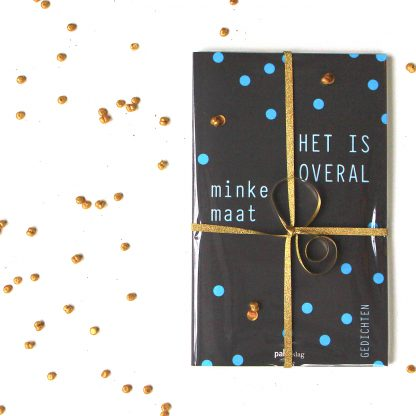 Feestelijk verpakt boek 'Het is overal' - Minke Maat